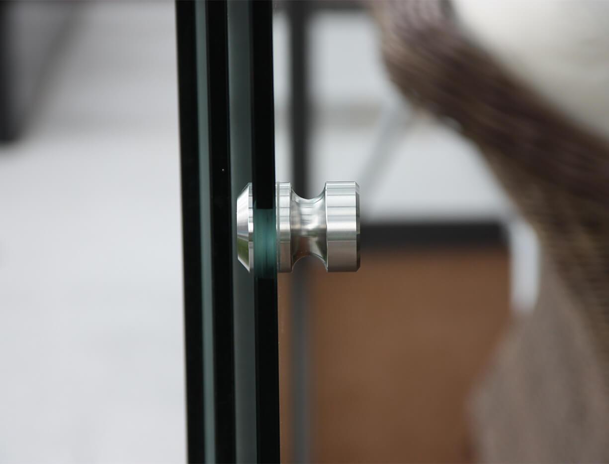 ERHARDT Terrassendach Schiebeelemente - Sicht auf den Muschelgriff