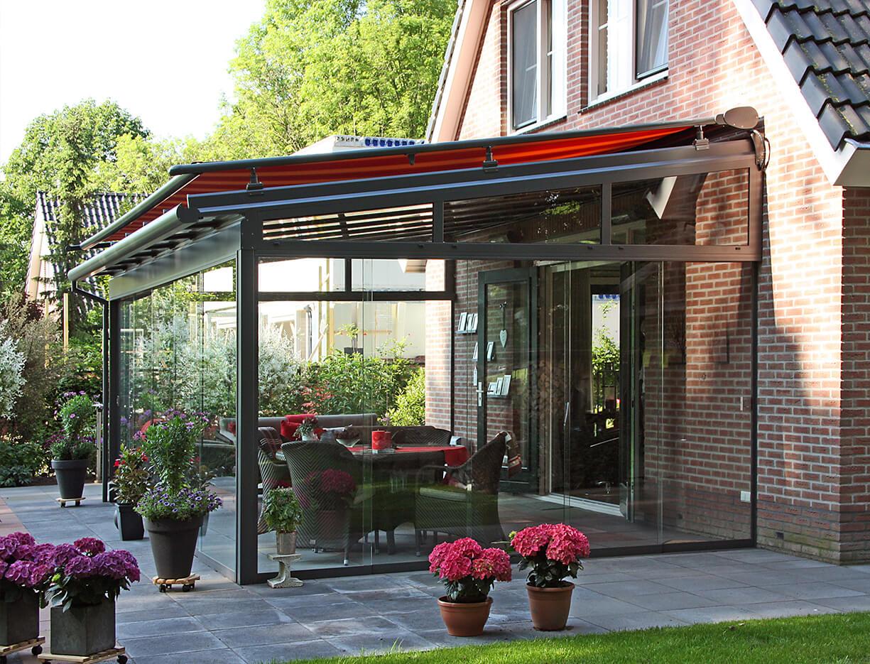 ERHARDT Terrassendach T100/ T150 - Sicht von außen mit Markise